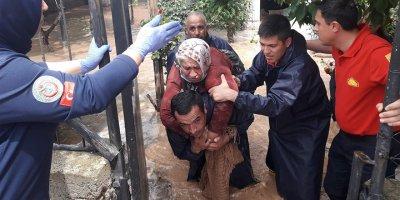 Evinde mahsur kalan yaşlı kadını itfaiye eri sırtında taşıdı
