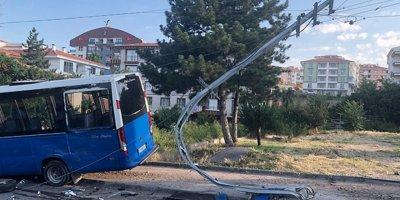 Altındağ'da dolmuş otomobile çarptı