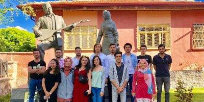 Hacı Taşan Heykeli ziyaretçilerini türkülerle karşıladı