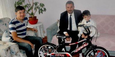 Başkan Çetin'den sünnet olan çocuklara hediye bisiklet