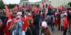 Avusturya'daki bayrak yasağına tepkiler büyüyor