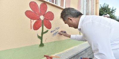 Murat Köse okul duvarlarını süsledi