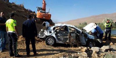 Hakkari'de virajı alamayan otomobil takla attı: 3 ölü