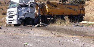 Kayseri'de kamyon devrildi, iki kişi yaralandı