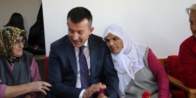 Gençlerden yaşlılara sazlı sözlü ziyaret