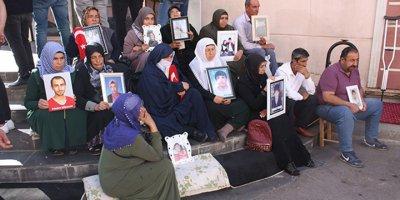 HDP önünde annelerin nöbeti 29 gündür devam ediyor