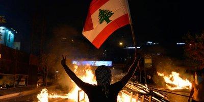 Lübnan'da halk sokağa döküldü