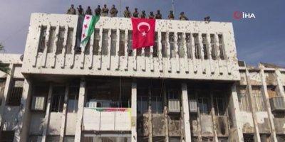 Suriye'deki belediyeye Türk bayrağı asıldı