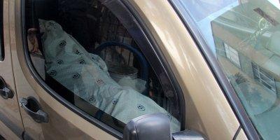 Cesetle yolculuk polisi alarma geçirdi