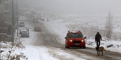 Kar yağdı sürücüler zor anlar yaşadı