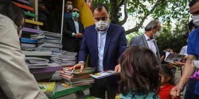 14 yaş altı çocuklar için parkta kitap dağıtıldı