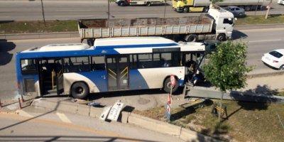 Belediye otobüsü yön levhasına çarptı