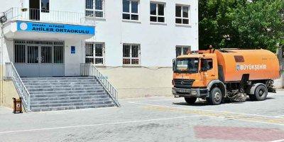 Büyükşehir LGS öncesi okulları temizliyor