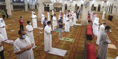 Suudi Arabistan'da 3 ay sonra ilk namaz kılındı
