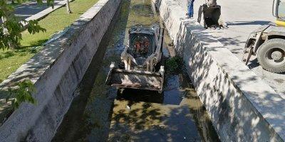 Gölbaşı'nda sıcak havalarda kokan kanallar temizlendi
