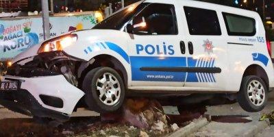 Başkent'te polis aracı kaza yaptı