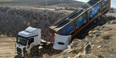 Dökülen atıklar yine kazaya neden oldu