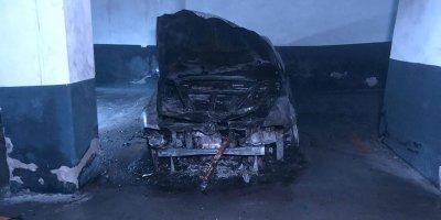 Kapalı otoparkta otomobil yangını