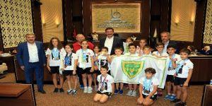 Başkan Ak minik şampiyonları kabul etti