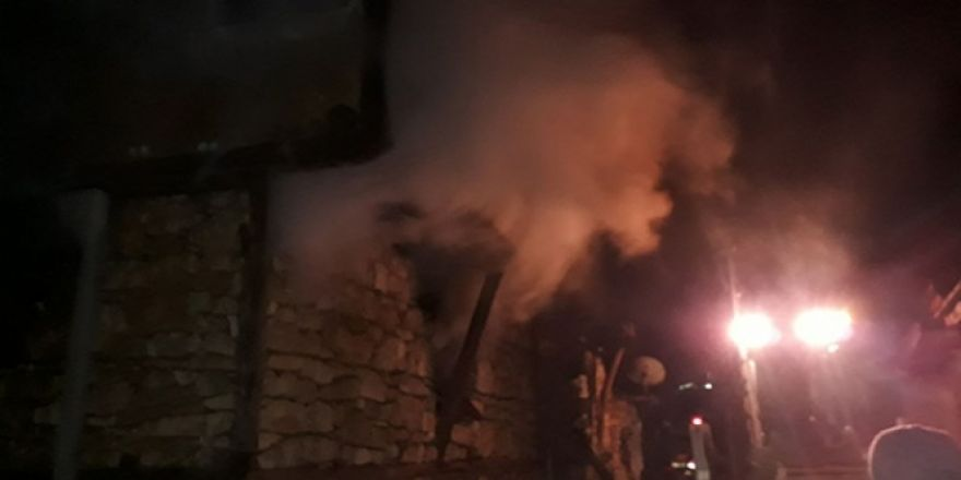 Madenli Köyü'nde bir evde yangın: İçeride mahsur kalanlar var