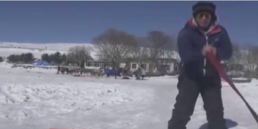 Çıldır gölünde otomobilin arkasına bağladığı halatla kayak yaptı