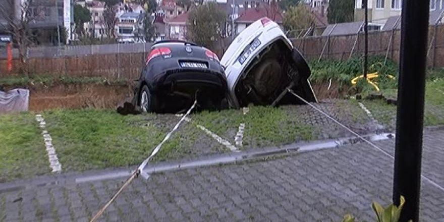 Kadıköy'de toprak kaydı! Araçlar havada asılı kaldı