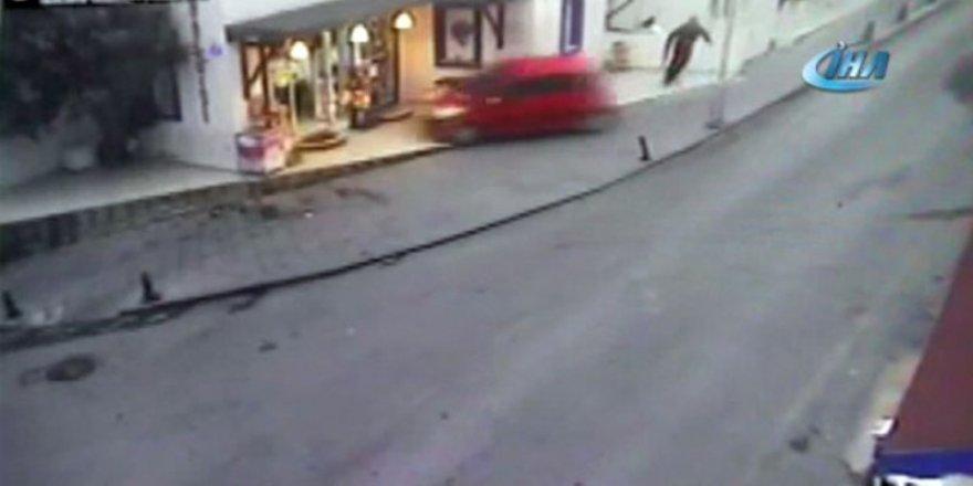 Yoldan çıkan otomobil dükkana böyle daldı