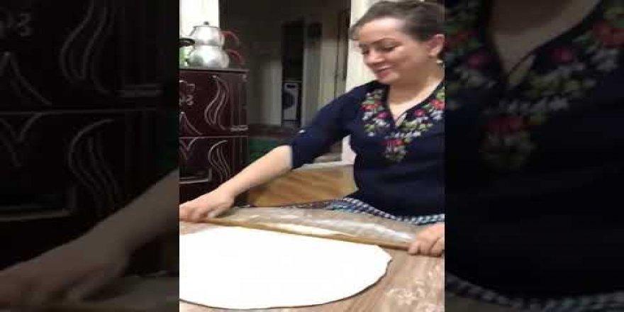 Mantı yaparken oynayan kadın