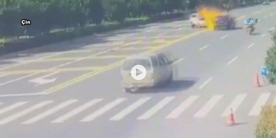 Otomobille çarpışan motosiklet alev topuna döndü