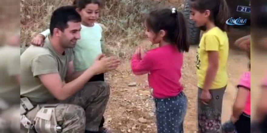 Devriye görevindeki asker, kız çocuğuyla 'şaşırtmacalar' oynadı