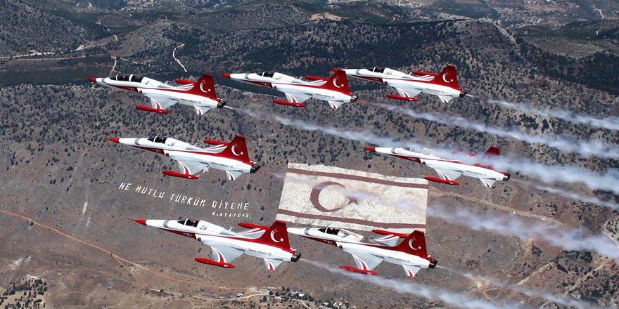 Türk Yıldızları'ndan Kıbrıs'ta muhteşem gösteri!