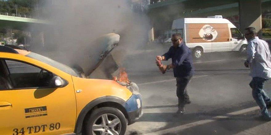 Ticari Taksi Aniden Alev Aldı: Vatandaşlar Seferber Oldu