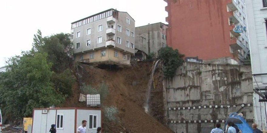 Toprak kayması sonucu apartman yıkılmak üzere görüntülendi