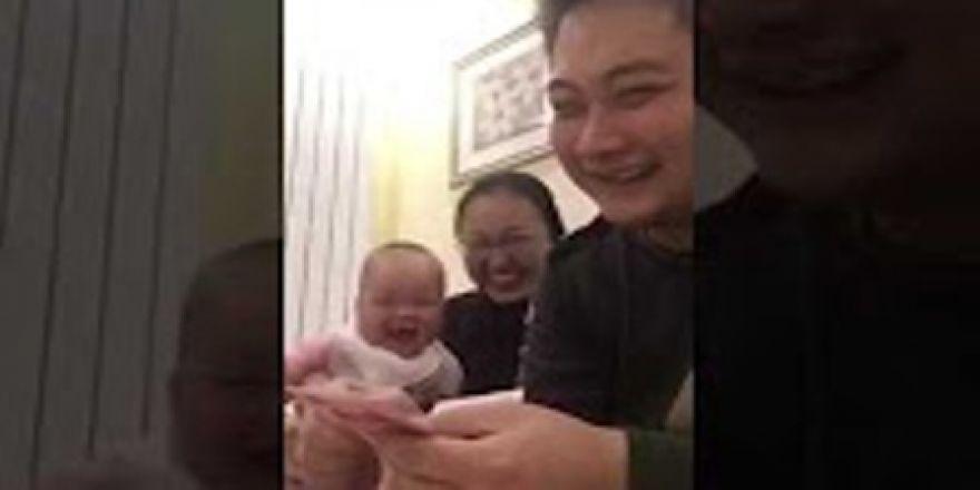 Babanın bebeğini güldürme anı