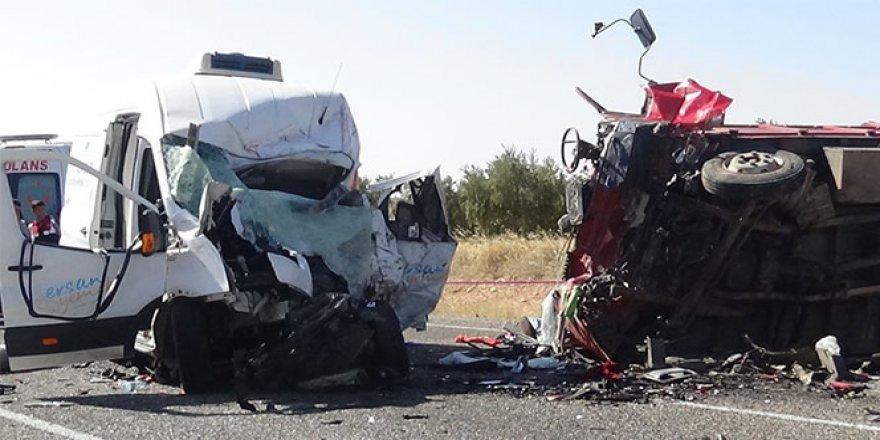 Katliam gibi kaza: 7 ölü, 19 yaralı