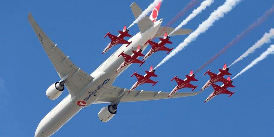 Türk Yıldızları ile THY uçağından tarihi uçuş