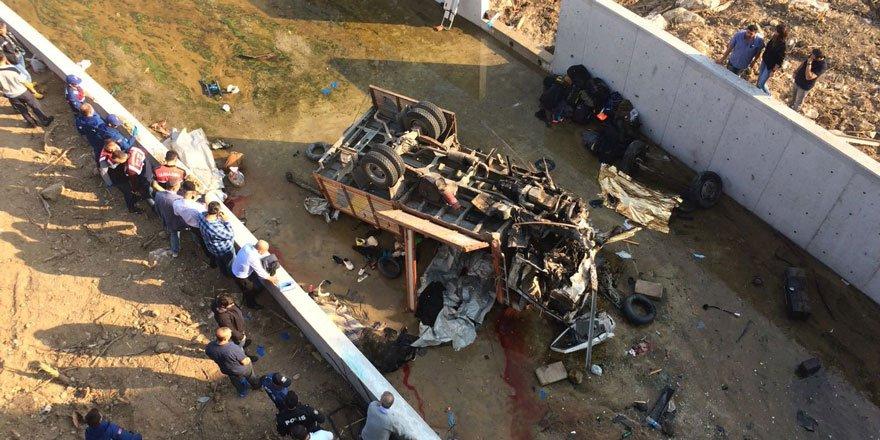 İzmir'de kamyon çaya devrildi, 22 kişi feci şekilde can verdi