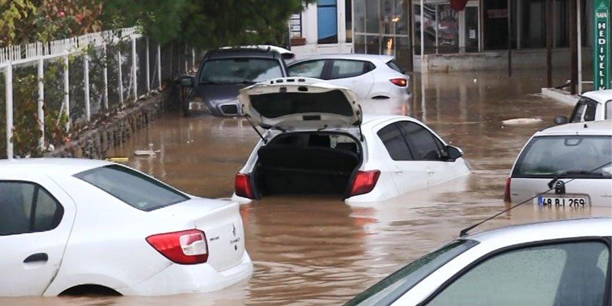 Bodrum'da sel felaketi arabaları yuttu