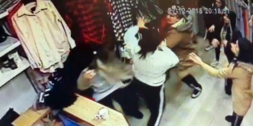 Kadınların mağazada uçan tekmeli kavgası