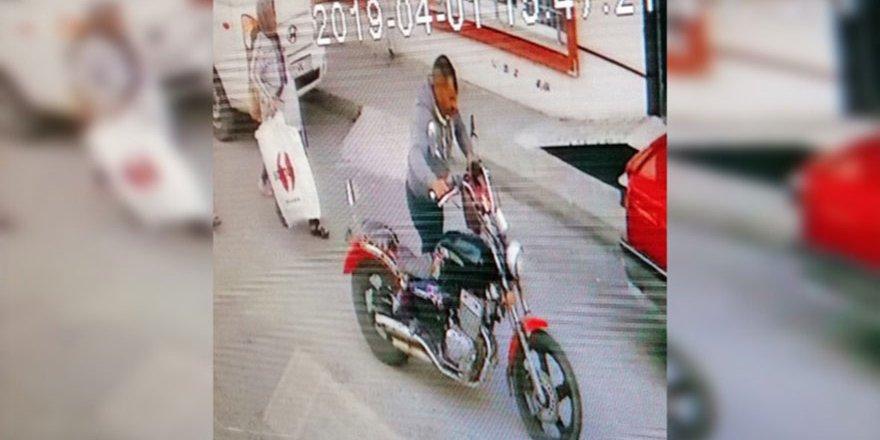 Elini kolunu sallayarak motosikleti çaldı