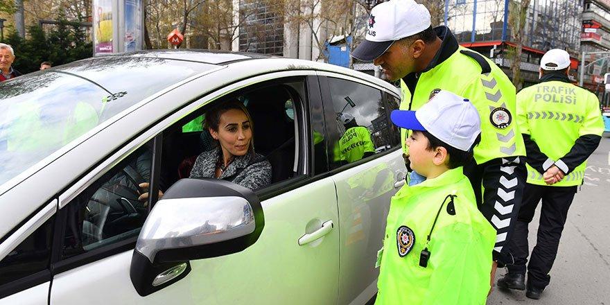 Minik trafik polisleri iş başında