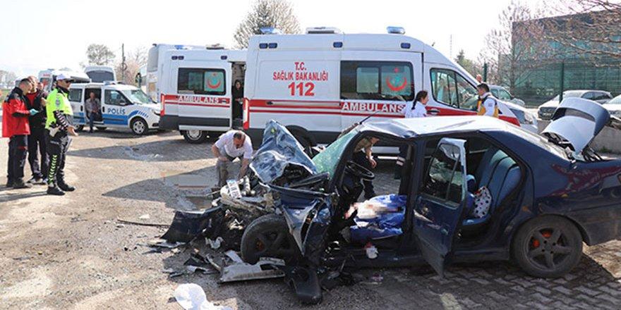 Bolu'da, işçi servisiyle otomobil çarpıştı: 12 yaralı