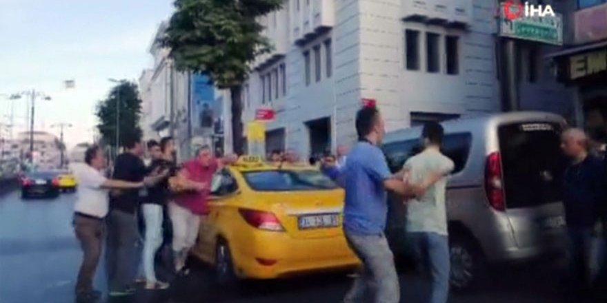 Taksiciyle, yolcunun bıçaklı kavgası kamerada