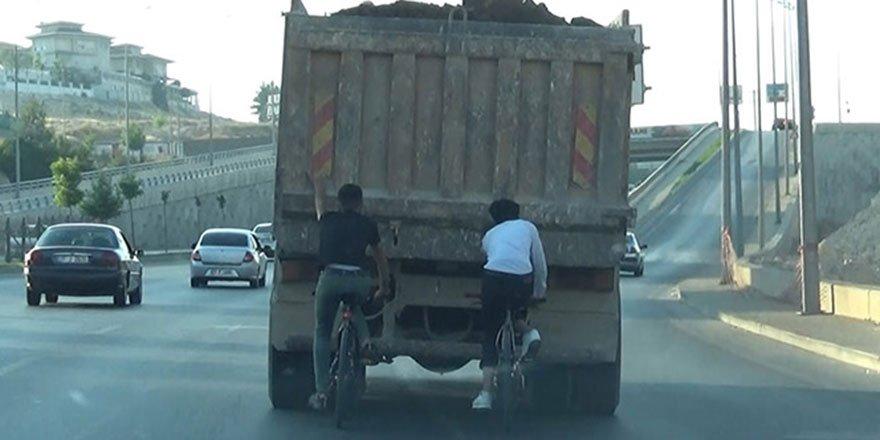 Hafriyat kamyonunun arkasına tutunan gençler böyle kaçıştı