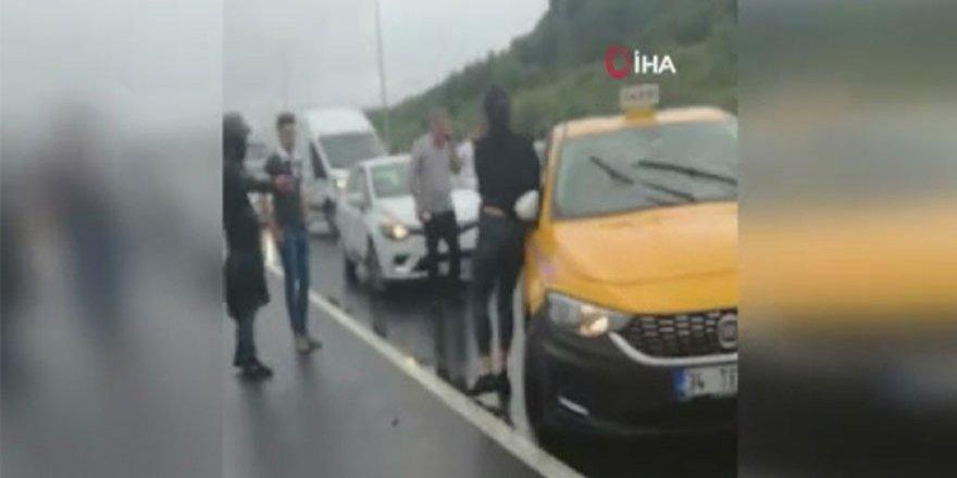 Tartıştığı kız arkadaşını arabadan atarak metrelerce sürükledi