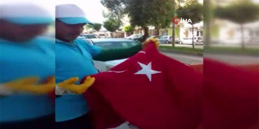 Temizlik işçisi çöpte bulduğu Türk Bayrağını öpüp cebine koydu