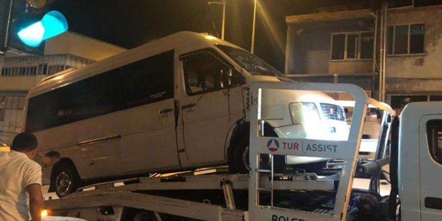 Denizli'de askeri araçla çarpışan minibüs devrildi