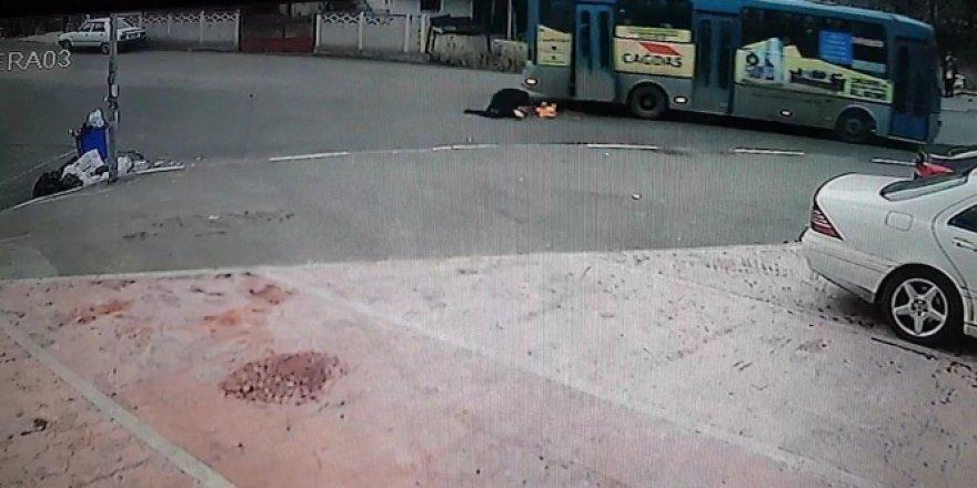 Halk otobüsünün kırılan kapısından yere yuvarlandı