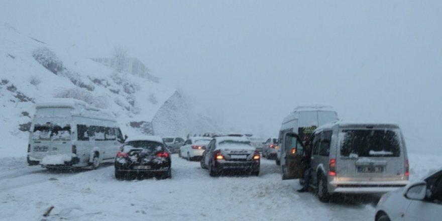 Kar yağışı nedeniyle yaklaşık 500 araç yolda mahsur kaldı