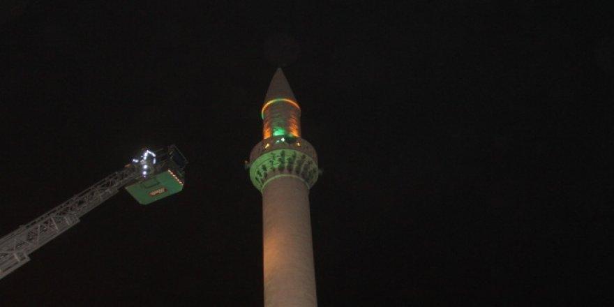 Minaredeki intihar girişimini imam engelledi